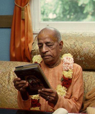 prabhupada-admiring-book