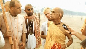 Srila-Prabhupada-speaks-to-Brahmananda-on-Juhu-Beach-Bombay-290x166